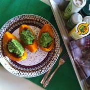Hokaido-Kürbis gefüllt mit Erbsen-Guacamole