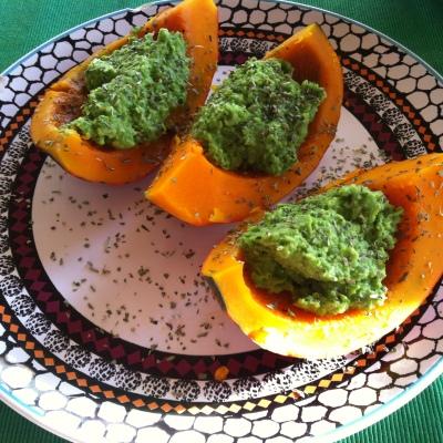 Hokaido-Kürbis gefüllt mit Erbsen-Guacamole: https://irishwallace.com/2015/11/27/kurbis-gefullt-mit-erbsen-guacamole/